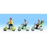3 jeunes à scooter