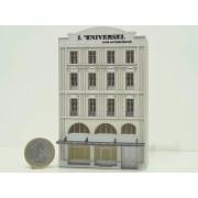 """Immeuble ancien """"L'Universel"""" en fond de décor"""