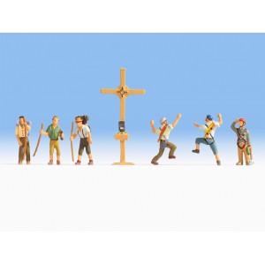 Randonneurs et alpinistes avec croix